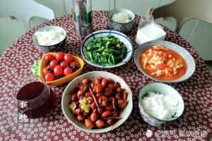 一家人周末聚餐酒菜完备吃着适意花钱少不糟蹋比外面吃强