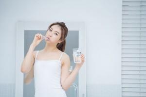 刷牙前牙膏要沾水吗很多人不明白难怪牙齿会变黄