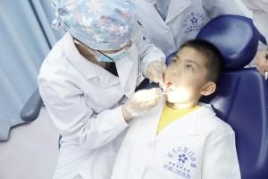 亿大口腔专家接受记者采访:建议关注儿童口腔健康